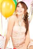 Muchacha de partido con los globos y el rectángulo de regalo Imagen de archivo libre de regalías