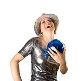 Muchacha de partido sonriente con la bola del sombrero y del disco Foto de archivo