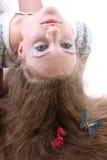 Muchacha de pelo largo con la mentira de la mariposa Foto de archivo libre de regalías