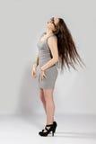 Muchacha de pelo largo del adolescente en miniaturas grises en vidrios frescos Foto de archivo libre de regalías