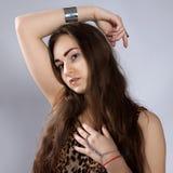 Muchacha de pelo largo del adolescente en vestido del leopardo Imagen de archivo
