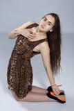 Muchacha de pelo largo del adolescente en vestido del leopardo Fotos de archivo