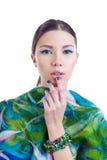 Muchacha de pelo largo del modelo de moda con el vestido colorido elegante Imágenes de archivo libres de regalías
