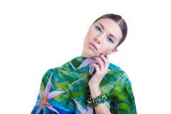 Muchacha de pelo largo del modelo de moda con el vestido colorido elegante Imagen de archivo libre de regalías