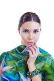Muchacha de pelo largo del modelo de moda con el vestido colorido elegante Fotos de archivo libres de regalías