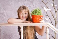 Muchacha de pelo largo sonriente fotografía de archivo libre de regalías