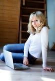Muchacha de pelo rubio con el ordenador Imágenes de archivo libres de regalías