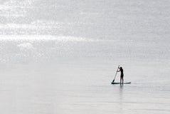 Muchacha de pie de la persona que practica surf de la paleta Fotos de archivo