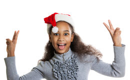 Muchacha de piel morena alegre en una bufanda y un sombrero rojos de Santa Claus Fotografía de archivo