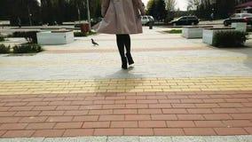 Muchacha de Preaty que camina en el callejón almacen de video