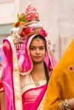 Muchacha de Rajasthani que lleva un pote fotografía de archivo libre de regalías