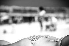 muchacha de reclinación en el bw de la playa Imagen de archivo libre de regalías