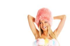 Muchacha de risa atractiva en un sombrero de piel rosado Imágenes de archivo libres de regalías