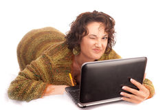 Muchacha de risa con el ordenador portátil Foto de archivo libre de regalías