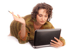 Muchacha de risa con el ordenador portátil Imágenes de archivo libres de regalías