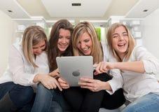 Muchacha de risa con la tableta de la PC Foto de archivo libre de regalías