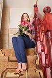Muchacha de risa con las flores fotos de archivo libres de regalías