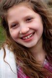 Muchacha de risa del preadolescente con el pelo largo Foto de archivo