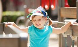 Muchacha de risa en el área del patio en día soleado Imágenes de archivo libres de regalías