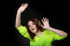 Muchacha de risa feliz en suéter vivo brillante del color Imagen de archivo libre de regalías