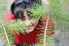 Muchacha de risa hermosa en bosque del resorte Foto de archivo