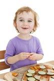 Muchacha de risa linda que hace la pizza imagen de archivo
