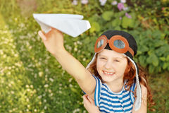 Muchacha de risa que juega con el aeroplano de papel imágenes de archivo libres de regalías