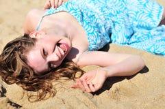 Muchacha de risa que pone en el envío Foto de archivo