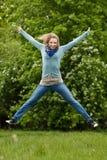 Muchacha de salto al aire libre Fotografía de archivo libre de regalías
