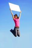 Muchacha de salto con la muestra Foto de archivo libre de regalías