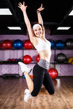 Muchacha de salto de la aptitud que hace ejercicios del baile del zumba Fotografía de archivo libre de regalías