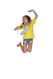 Muchacha de salto en la camisa amarilla que canta Imagenes de archivo