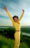 Muchacha de salto feliz imagen de archivo