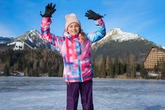 Muchacha de salto feliz en ropa del invierno Imagenes de archivo