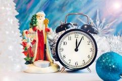 Muchacha de Santa Claus, de la nieve y despertador Imagenes de archivo