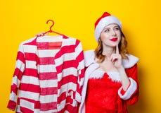 Muchacha de Santa Clous en ropa roja con la camisa Fotografía de archivo libre de regalías