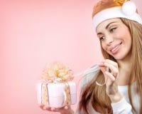 Muchacha de Santa con el rectángulo de regalo Fotos de archivo libres de regalías
