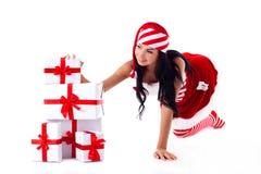 Muchacha de Santa sus manos en regalos. Foto de archivo