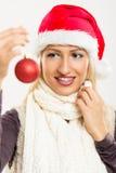 Muchacha de Santas que sostiene una decoración de la Navidad Fotos de archivo libres de regalías