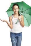 Muchacha de Smilling con el paraguas verde Imágenes de archivo libres de regalías