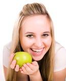 Muchacha de Smilling con la manzana jugosa verde Foto de archivo