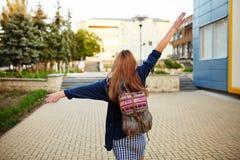Muchacha de Stdent con una mochila que camina en la calle Foto de archivo