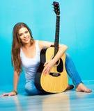 Muchacha de Teenagr con la guitarra acústica Fotografía de archivo