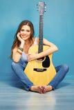 Muchacha de Teenagr con la guitarra acústica Imágenes de archivo libres de regalías