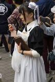 Muchacha de Tokio, Japón - de Cosplay como criada en la calle Imagenes de archivo