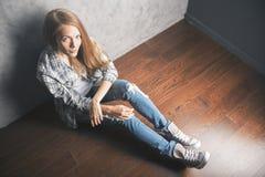 Muchacha de Topview que se sienta en piso Foto de archivo libre de regalías