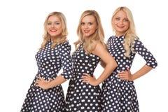 Muchacha de tres blonde en vestidos del punto y lápiz labial rojo Imagen de archivo