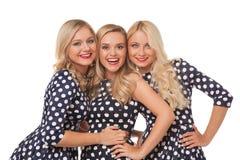 Muchacha de tres blonde en vestidos del punto y lápiz labial rojo Imágenes de archivo libres de regalías
