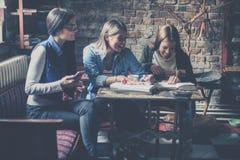 Muchacha de tres estudiantes que tiene la diversión y clavos de la laca imagen de archivo