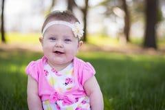 Muchacha de un año feliz en el parque Foto de archivo libre de regalías